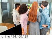 Gruppe Studenten mit Haftnotizen in einem kreativen Brainstorming... Стоковое фото, фотограф Zoonar.com/Robert Kneschke / age Fotostock / Фотобанк Лори