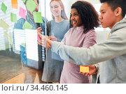 Multikulturelles Start-Up Team beim Brainstorming im kreativ Workshop. Стоковое фото, фотограф Zoonar.com/Robert Kneschke / age Fotostock / Фотобанк Лори