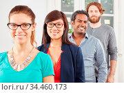 Junge Startup Team Business Gruppe steht hintereinander in einer Reihe. Стоковое фото, фотограф Zoonar.com/Robert Kneschke / age Fotostock / Фотобанк Лори