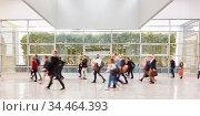 Anonyme Geschäftsleute gehen auf Business Konferenz oder Messe. Стоковое фото, фотограф Zoonar.com/Robert Kneschke / age Fotostock / Фотобанк Лори