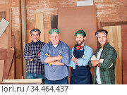 Arbeiter Team in Schreinerei mit Chef und Lehrlingen. Стоковое фото, фотограф Zoonar.com/Robert Kneschke / age Fotostock / Фотобанк Лори