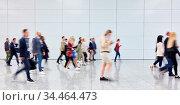 Viele Leute als Menge von Geschäftsleuten gehen auf Messe oder Konferenz. Стоковое фото, фотограф Zoonar.com/Robert Kneschke / age Fotostock / Фотобанк Лори