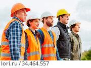 Bauarbeiter und Handwerker Team in einer Reihe mit Schutzhelm. Стоковое фото, фотограф Zoonar.com/Robert Kneschke / age Fotostock / Фотобанк Лори