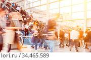 Viele anonyme verschwommene Geschäftsleute in Bewegung als Menschenmenge... Стоковое фото, фотограф Zoonar.com/Robert Kneschke / age Fotostock / Фотобанк Лори