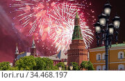 Fireworks over the Moscow Kremlin during Victory Day (WWII), Russia. Стоковое видео, видеограф Владимир Журавлев / Фотобанк Лори