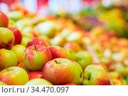 Viele frische Äpfel der Sorte Santana im Supermarkt. Стоковое фото, фотограф Zoonar.com/Robert Kneschke / age Fotostock / Фотобанк Лори