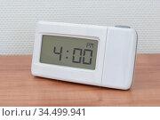 Clock radio on a desk - Time - 04.00 PM. Стоковое фото, фотограф Zoonar.com/Micha Klootwijk / age Fotostock / Фотобанк Лори