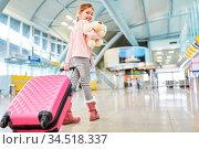 Alleinreisendes Kind mit Koffer und Kuscheltier im Flughafen Terminal... Стоковое фото, фотограф Zoonar.com/Robert Kneschke / age Fotostock / Фотобанк Лори