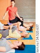 Trainer im Fitnesscenter leitet Gruppe im Kurs. Стоковое фото, фотограф Zoonar.com/Robert Kneschke / age Fotostock / Фотобанк Лори