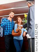 Concergie im Hotel gibt einem Paar bei der Ankunft einen Handschlag. Стоковое фото, фотограф Zoonar.com/Robert Kneschke / age Fotostock / Фотобанк Лори