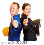 Glücklicher Arbeiter und zufriedene Angestellte halten zusammen die... Стоковое фото, фотограф Zoonar.com/Robert Kneschke / age Fotostock / Фотобанк Лори