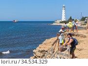 Туристы ожидают морскую прогулку на катере вдоль побережья мыса Тарханкут, Крым. Редакционное фото, фотограф Николай Мухорин / Фотобанк Лори