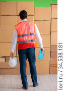 Man contractor working in box delivery relocation service. Стоковое фото, фотограф Elnur / Фотобанк Лори