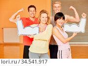 Freunde mit Muskeln trainieren zusammen im Fitnesscenter. Стоковое фото, фотограф Zoonar.com/Robert Kneschke / age Fotostock / Фотобанк Лори