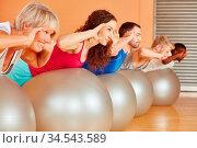 Gruppe trainiert beim Pilates Kurs im Fitnesscenter. Стоковое фото, фотограф Zoonar.com/Robert Kneschke / age Fotostock / Фотобанк Лори