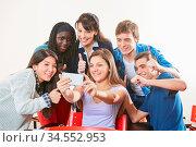 Viele Teenager machen zusammen ein Selfie mit Lehrer in der Schule. Стоковое фото, фотограф Zoonar.com/Robert Kneschke / age Fotostock / Фотобанк Лори