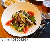 Salad with greens, tomatoes, bacon, pear and walnuts. Стоковое фото, фотограф Яков Филимонов / Фотобанк Лори