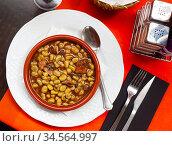 Traditional Catalan stewed beans with butifarra sausage. Стоковое фото, фотограф Яков Филимонов / Фотобанк Лори