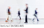 Anonyme verschwommene Business Leute auf einer Messe oder einem Konferenz. Стоковое фото, фотограф Zoonar.com/Robert Kneschke / age Fotostock / Фотобанк Лори