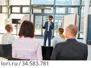 Blinder Redner mit Blindenstock hält einen Vortrag auf einer Tagung... Стоковое фото, фотограф Zoonar.com/Robert Kneschke / age Fotostock / Фотобанк Лори