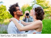 Glückliches Brautpaar fotografiert am Hochzeitstag vom Hochzeitsfotograf. Стоковое фото, фотограф Zoonar.com/Robert Kneschke / age Fotostock / Фотобанк Лори