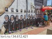 Roseville, Michigan - Ed Stross paints the images of 13 Catholic ... Редакционное фото, фотограф Jim West / age Fotostock / Фотобанк Лори