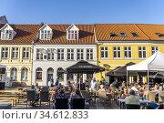 Restaurants in der Innenstadt von Rudköbing, Insel Langeland, Dänemark... Редакционное фото, фотограф Peter Schickert / age Fotostock / Фотобанк Лори