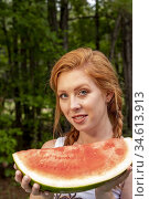 A 27 year old redhead woman eating a watermelon outdoors. Стоковое фото, фотограф Joseph De Sciose / age Fotostock / Фотобанк Лори