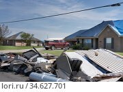 Lake Charles, Louisiana. USA - September 6, 2020:  Hurricane Laura. Destruction from strong winds. New houses with spoiled roofs. The roofs are covered with awnings. Редакционное фото, фотограф Ирина Кожемякина / Фотобанк Лори