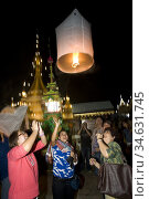 Three women release Loy Krathong hot air balloon Mae Hong Son Thailand. Стоковое фото, фотограф Andrew Woodley / age Fotostock / Фотобанк Лори