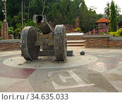 Cannon at ruins of 1670 Dutch fort Teluk Gedong Pangkor Island Malaysia. Стоковое фото, фотограф Andrew Woodley / age Fotostock / Фотобанк Лори