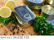 Tin cans with ring pull on wooden surface with lemon and greens. Стоковое фото, фотограф Яков Филимонов / Фотобанк Лори