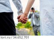 Hochzeitsfotograf macht Fotos von Händen von Brautpaar am Hochzeitstag. Стоковое фото, фотограф Zoonar.com/Robert Kneschke / age Fotostock / Фотобанк Лори