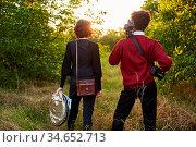 Junges Fotografen Paar mit Foto Ausrüstung auf Wanderung in der Natur. Стоковое фото, фотограф Zoonar.com/Robert Kneschke / age Fotostock / Фотобанк Лори