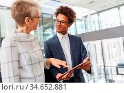 Seniorin als Chefin und Trainee besprechen eine Projekt Idee am Tablet... Стоковое фото, фотограф Zoonar.com/Robert Kneschke / age Fotostock / Фотобанк Лори