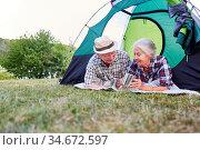 Aktives Senioren Paar im Zelt beim Zelten auf einer Wiese in der ... Стоковое фото, фотограф Zoonar.com/Robert Kneschke / age Fotostock / Фотобанк Лори