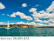Kleines Segelboot vor der Küste im atlantischen Ozean im Sommer. Стоковое фото, фотограф Zoonar.com/Robert Kneschke / age Fotostock / Фотобанк Лори