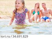 Kleines Mädchen beim Baden und Plantschen im Meer in den Sommerferien. Стоковое фото, фотограф Zoonar.com/Robert Kneschke / age Fotostock / Фотобанк Лори
