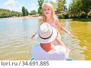 Kleines Mädchen mit Vater auf einem Ausflug im Boot auf einem See... Стоковое фото, фотограф Zoonar.com/Robert Kneschke / age Fotostock / Фотобанк Лори
