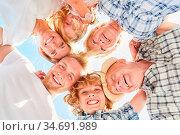 Drei Generationen Familie im Kreis als glückliche und harmonische... Стоковое фото, фотограф Zoonar.com/Robert Kneschke / age Fotostock / Фотобанк Лори