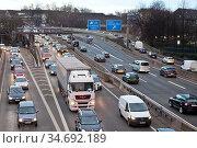 Viel Verkehr auf der Autobahn A 40 in der Innenstadt von Essen, Dieselfahrverbot... Стоковое фото, фотограф Zoonar.com/Stefan Ziese / age Fotostock / Фотобанк Лори