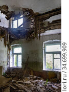 Interior of a living room with a collapsed ceiling. Стоковое фото, фотограф Алексей Кузнецов / Фотобанк Лори