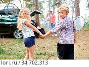 Junge und Mädchen halten Hände vor der Reise mit dem Auto in den ... Стоковое фото, фотограф Zoonar.com/Robert Kneschke / age Fotostock / Фотобанк Лори