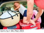 Kleines Mädchen spielt im Auto Kofferraum kurz vor der Reise in die... Стоковое фото, фотограф Zoonar.com/Robert Kneschke / age Fotostock / Фотобанк Лори