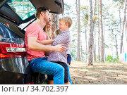 Vater und Sohn im Auto auf einem Rastplatz auf der Reise in den Sommerurlaub. Стоковое фото, фотограф Zoonar.com/Robert Kneschke / age Fotostock / Фотобанк Лори