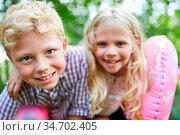 Junge und Mädchen als Freunde oder Geschwister Paar in den Sommerferien. Стоковое фото, фотограф Zoonar.com/Robert Kneschke / age Fotostock / Фотобанк Лори