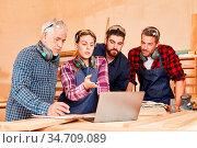 Junges Handwerker Team und Senior Chef besprechen eine Projekt Idee... Стоковое фото, фотограф Zoonar.com/Robert Kneschke / age Fotostock / Фотобанк Лори