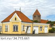 Havnekontor und St. Hans Kirke im Hauptort Stege, Insel Mön, Dänemark... Стоковое фото, фотограф Peter Schickert / age Fotostock / Фотобанк Лори