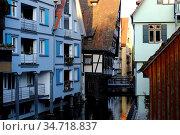 Im Ulmer Fischerviertel: Verwinkelte, dicht zusammenstehende bunte... Стоковое фото, фотограф Zoonar.com/Bernhard Kuh / easy Fotostock / Фотобанк Лори