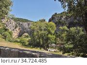 Природная достопримечательность Франции — арочный мост (Pont d'Arc) - естественное геологическое образование на реке Ардеш (Ardèche) - туристическое место отдыха. Стоковое фото, фотограф Вера Смолянинова / Фотобанк Лори